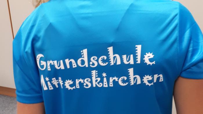 Neues Schul-T-Shirt für die Grundschüler