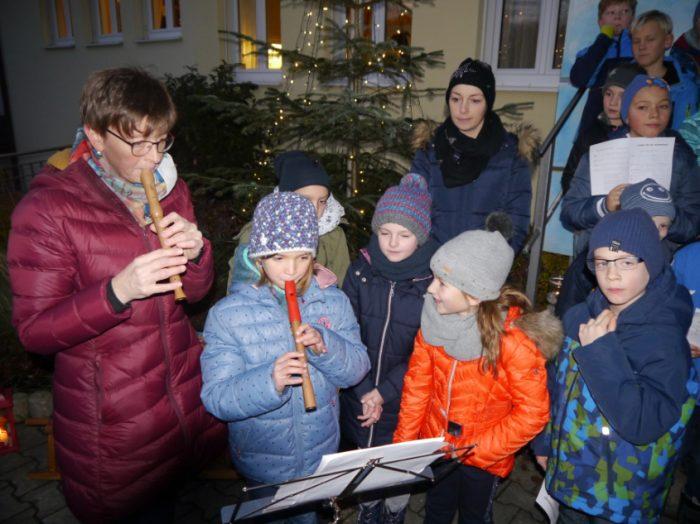 Grundschüler singen am Adventsbasar